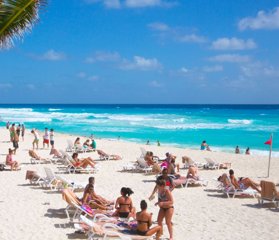 Cancun-Beach-with-tourists
