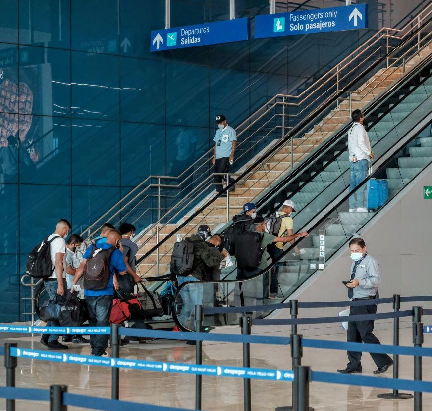 travelers-departing-at-Cancun-airport