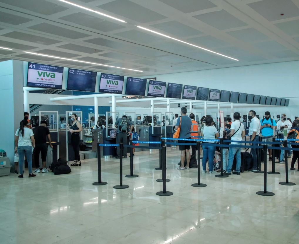 Cancun-Aiport-Lines-travelers-in-mask