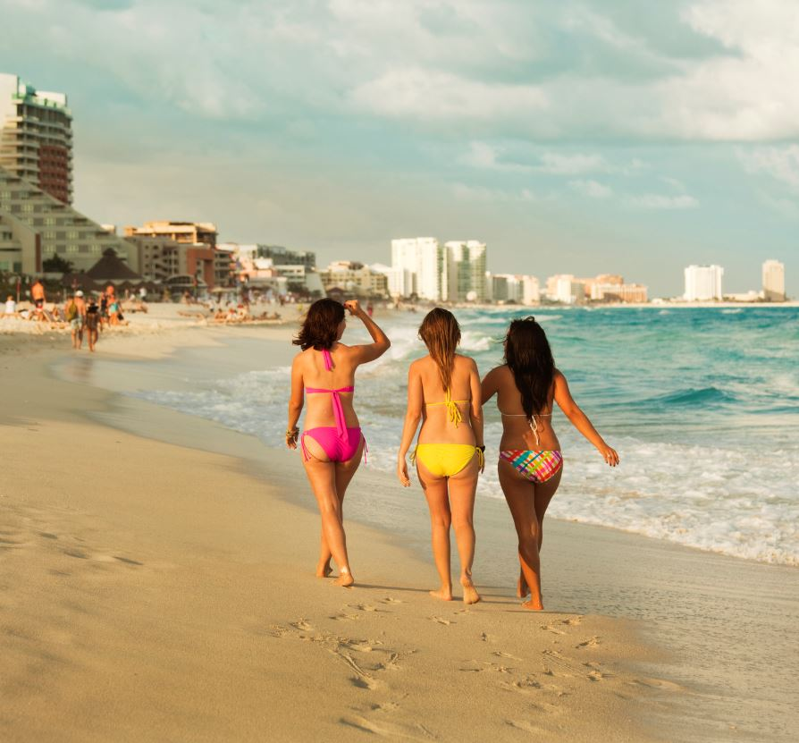 Mexico Beach in Cancun With female tourists