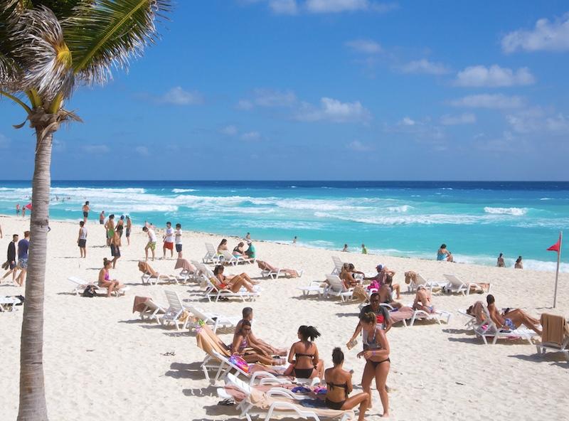 busy Cancun beach tourists