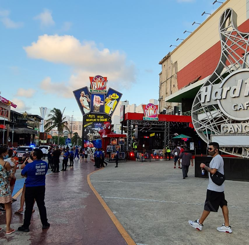 Cocbong and hard rock Cancun busy street